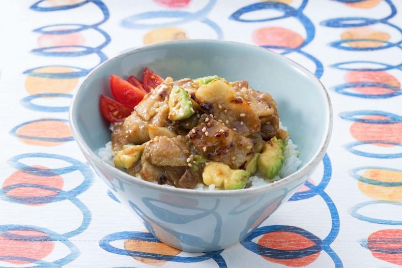 豚の生姜焼きとアボカド丼